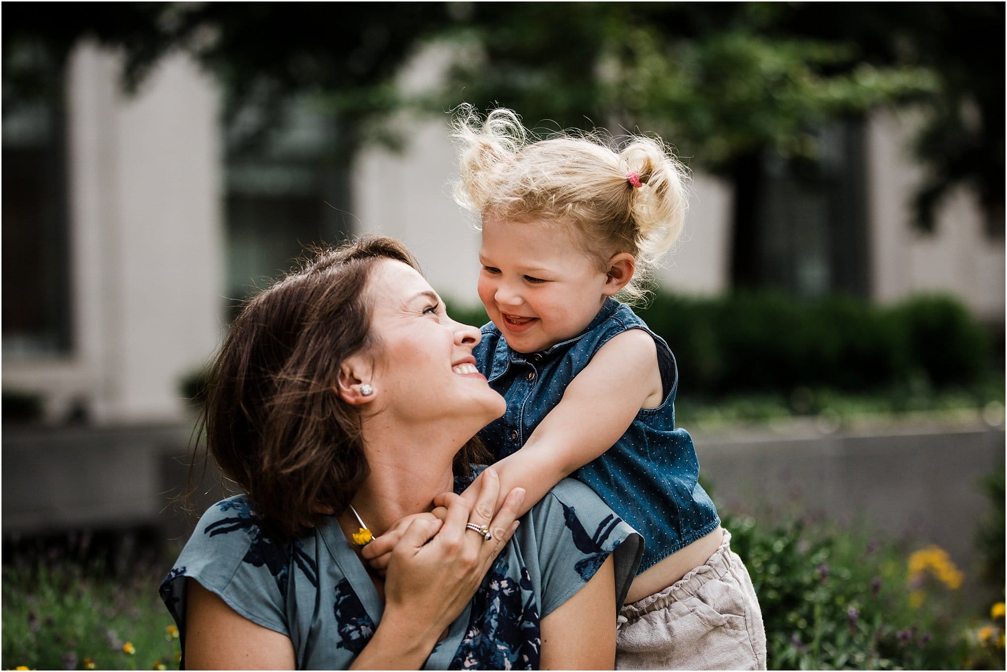 photo daughter hugging mother at downtown pittsburgh family session