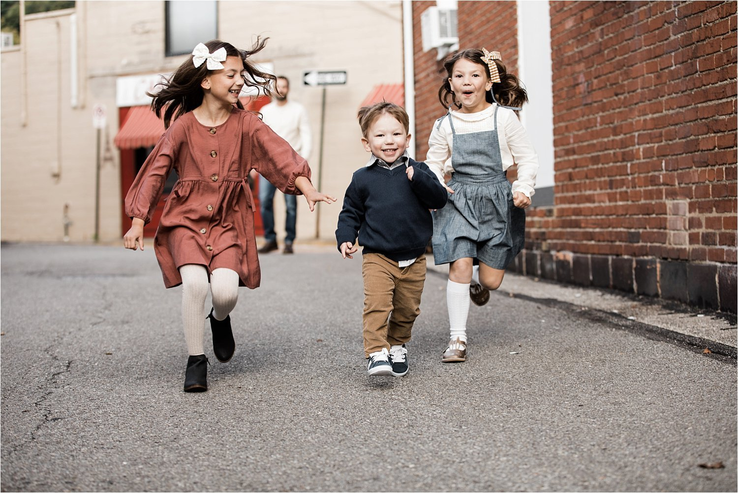 children running at family photo session in sewickley